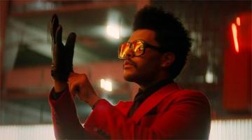 Кровавый рот и безумные танцы. The Weeknd напомнил Джокера в новом клипе