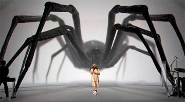 Огромный паук и акула: российская студия света оформила концерт Билли Айлиш